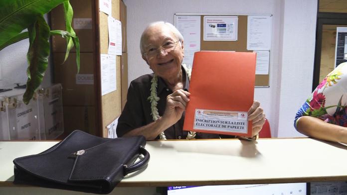 Gaston Flosse s'inscrit sur les listes électorales de Papeete