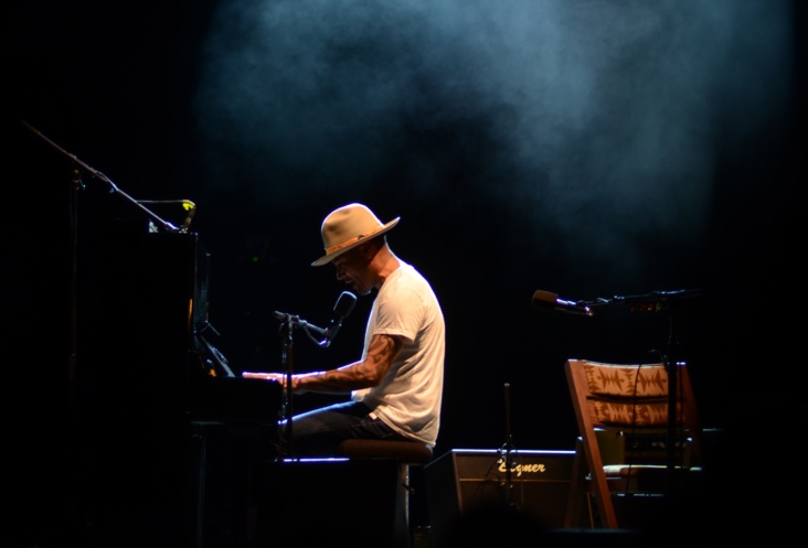 Le guitariste Ben Harper a aussi montré sa virtuosité au piano - Photo : Mike Leyral
