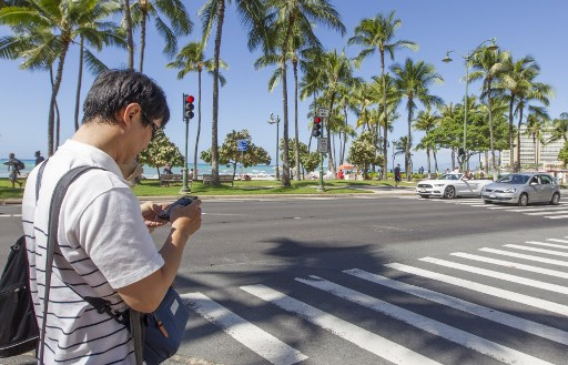 Honolulu : traverser la rue en regardant son smartphone coûte 35 dollars