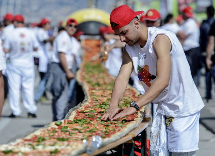 Naples reprend à Milan le record de la plus longue pizza du monde